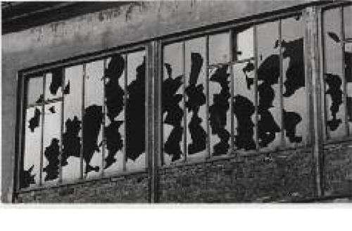 Brassaï Sans titre, vitres cassées d'un atelier de photographe, ca. 1934 (photographie publiée dans Camille Bryen, Alain Gheerbrandt, Anthologie de la poésie naturelle, Paris, K. éditeur, 1949) Gélatino-argentique, tirage d'époque 17,3 x 29,8 cm Museum Folkwang, Essen © Estate Brassaï - RMN © Museum Folkwang, Essen.